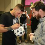 GuidoFTO Firmando un Balon a Lionel Messi
